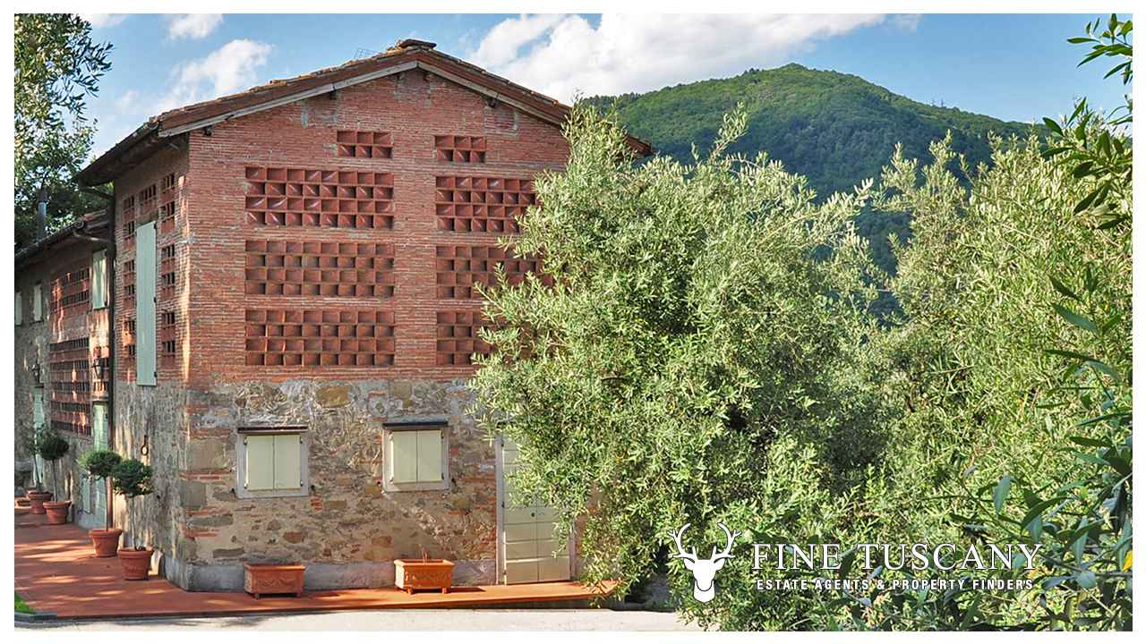 Country house for sale in lucca tuscany italy for Country mansion for sale