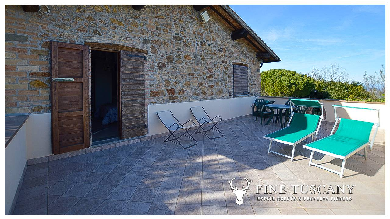 Stone farmhouse with guest houses for sale in tuscany for Homes for sale with guest house