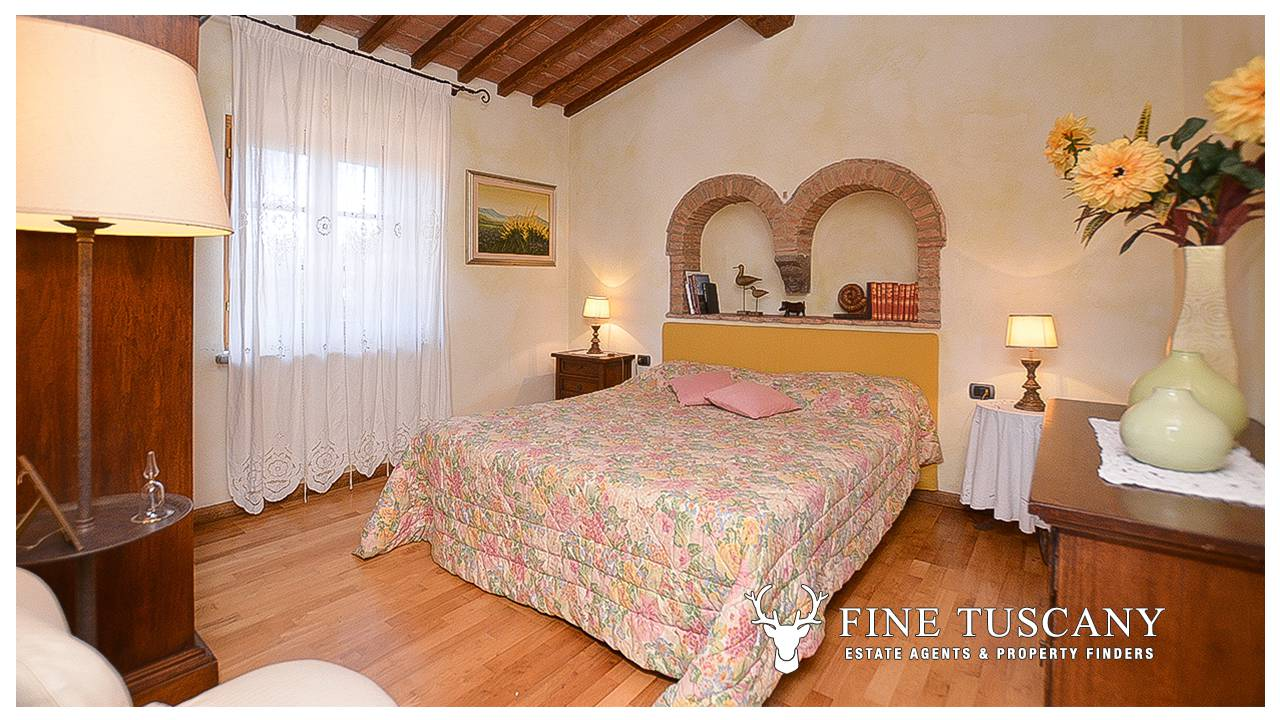 Stone farmhouse with guest houses for sale in tuscany for Houses for sale with guest house on property